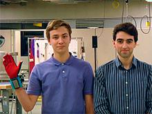 Студенты из Вашингтонского университета создали перчатки, озвучивающие язык жестов
