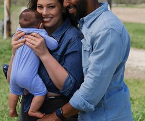 Эшли Грэм полностью обнажилась для глянца вместе с сыном